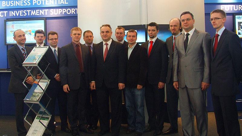 Premier Waldemar Pawlak na stoisku Wklastra, PCSS i miasta Poznań na targach CeBIT 2010