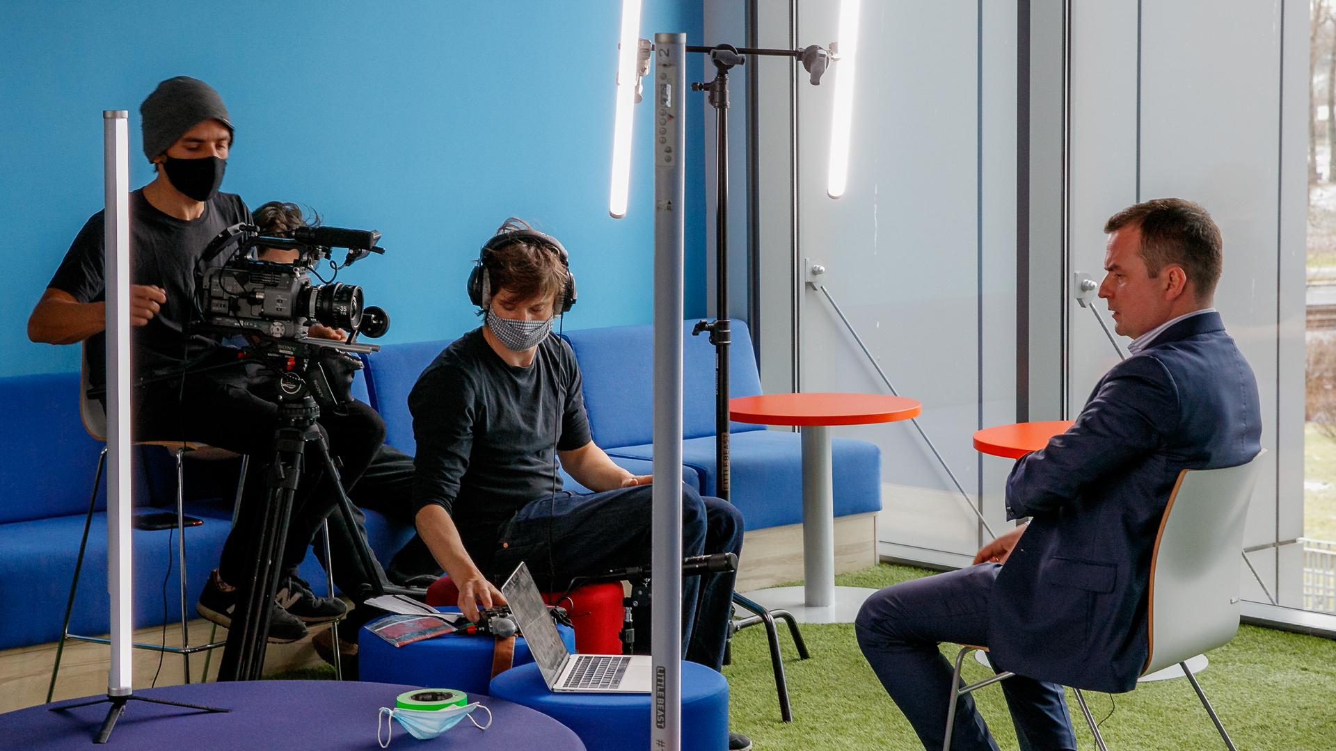 """O programie edukacyjnym """"AI for Youth"""" w materiale BBC"""